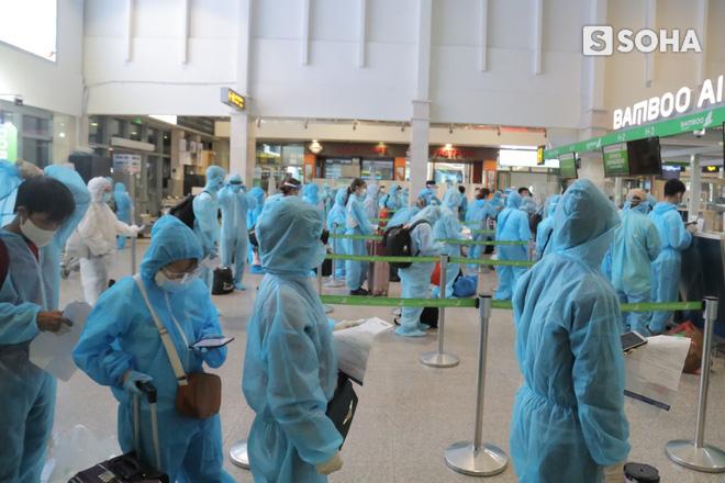 Bà lão bán vé số ở Sài Gòn trên chuyến bay đặc biệt về Bình Định: Mấy nay chẳng còn tiền... già nên càng sợ bệnh tật hơn - Ảnh 7.