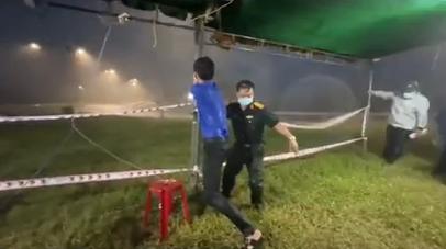 Xót xa hình ảnh lực lượng chức năng dầm mưa, gồng mình giữ chốt kiểm dịch trong cơn giông lớn - Ảnh 1.