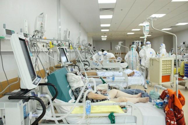 Người mẹ mang song thai nguy kịch trong khu cấp cứu bệnh nhân COVID-19 lớn nhất TP HCM - Ảnh 1.