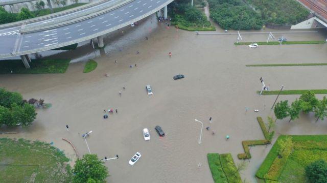 Trung Quốc mưa lớn: Trịnh Châu thất thủ trong nước lũ, tham vọng thành phố bọt biển kiểu mẫu đã sụp đổ? - Ảnh 6.
