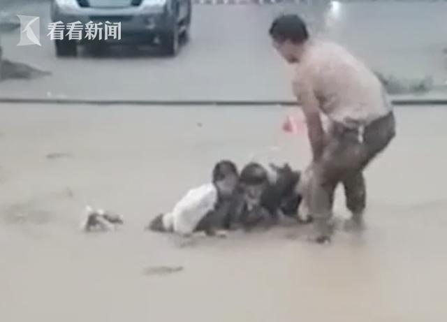 Mắc kẹt trong hố bùn tử thần do mưa lũ, gia đình 3 người thoát chết thần kỳ nhờ 1 việc làm của người qua đường - Ảnh 1.