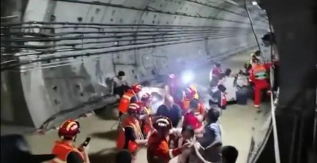 Tàu điện ngầm chìm trong nước lũ, 12 người chết, hành khách tuyệt vọng gọi từ biệt người thân - Ảnh 8.
