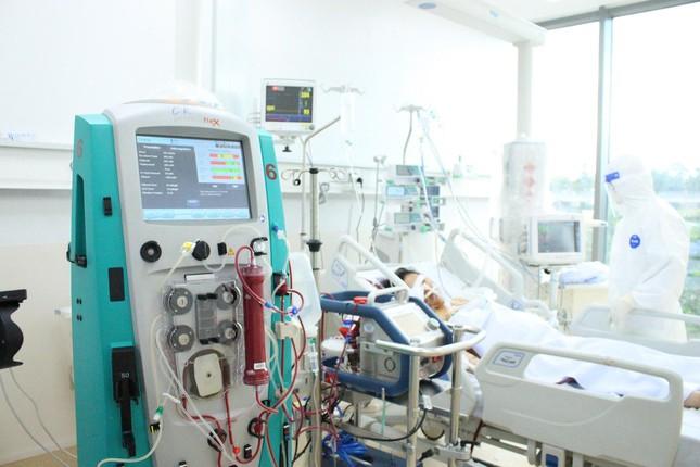 Người mẹ mang song thai nguy kịch trong khu cấp cứu bệnh nhân COVID-19 lớn nhất TP HCM - Ảnh 2.