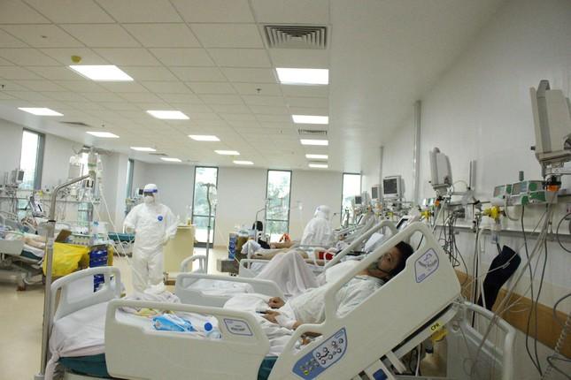 Người mẹ mang song thai nguy kịch trong khu cấp cứu bệnh nhân COVID-19 lớn nhất TP HCM - Ảnh 4.