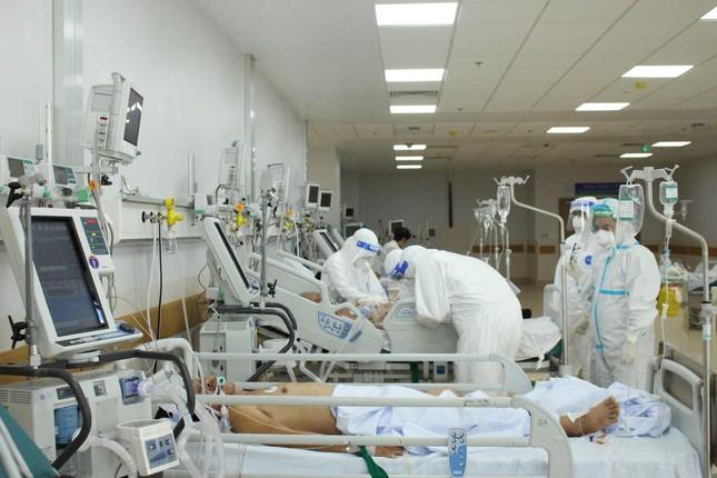Người mẹ mang song thai nguy kịch trong khu cấp cứu bệnh nhân COVID-19 lớn nhất TP HCM - Ảnh 5.