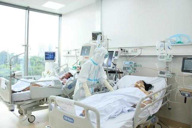 Người mẹ mang song thai nguy kịch trong khu cấp cứu bệnh nhân COVID-19 lớn nhất TP HCM - Ảnh 6.