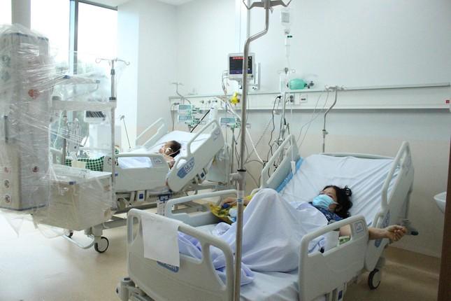 Người mẹ mang song thai nguy kịch trong khu cấp cứu bệnh nhân COVID-19 lớn nhất TP HCM - Ảnh 7.