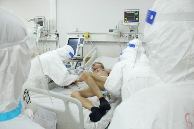 Người mẹ mang song thai nguy kịch trong khu cấp cứu bệnh nhân COVID-19 lớn nhất TP HCM - Ảnh 10.