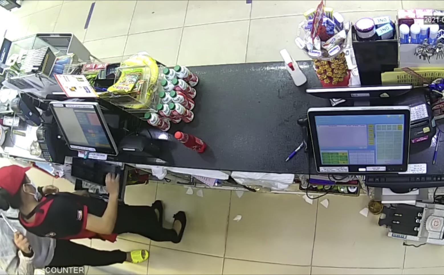 Clip: Thanh niên dùng dao kề cổ nữ nhân viên, cướp tài sản trong cửa hàng tiện lợi ở Sài Gòn