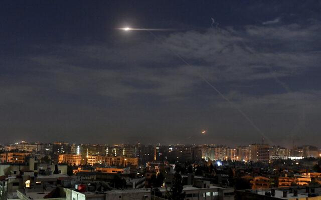 Israel tấn công Syria, tên lửa dồn dập nã xuống từ không phận Lebanon: Trời đêm rực lửa! - Ảnh 1.