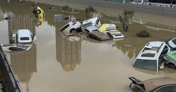 Ô tô chồng chất trên đường phố ở Trịnh Châu sau mưa lũ - Thành phố Lạc Dương bác bỏ tin đồn thất thiệt - Ảnh 2.