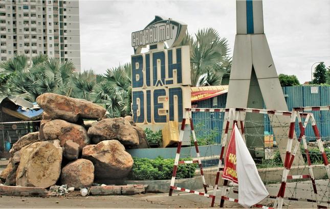 Cận cảnh chợ đầu mối lớn nhất Việt Nam trong những ngày phong tỏa chống COVID-19 - Ảnh 1.