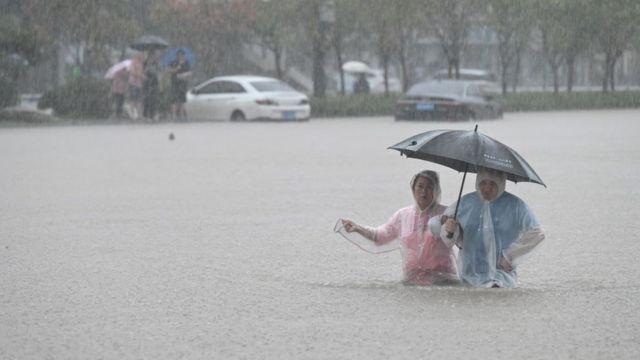 Mưa lũ nghiêm trọng tại Trung Quốc: Người dân bị nước cuốn ngay trên đường, người già bị mắc kẹt trong tầng hầm ngập nước - Ảnh 5.