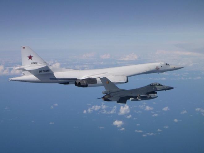 Oach tạc cơ Tu-160 Thiên nga trắng của Nga áp sát không phận NATO - Ảnh 2.