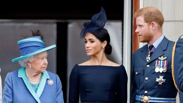 Trước lùm xùm làm loạn hoàng gia của cháu trai, Nữ hoàng Anh cuối cùng cũng nổi giận và có hành động tuyệt tình với Harry - Meghan - Ảnh 1.