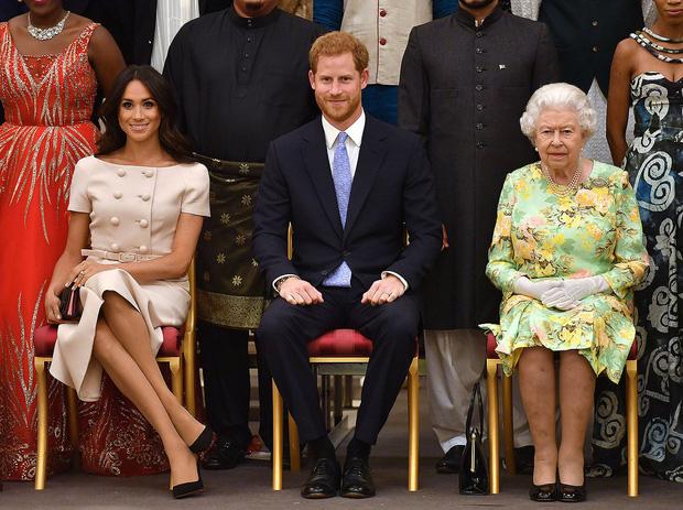 Trước lùm xùm làm loạn hoàng gia của cháu trai, Nữ hoàng Anh cuối cùng cũng nổi giận và có hành động tuyệt tình với Harry - Meghan - Ảnh 2.