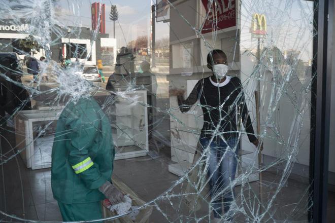 Cựu Tổng thống nộp mình cho cảnh sát, Nam Phi chìm trong bạo loạn lớn nhất hậu Apartheid  - Ảnh 2.