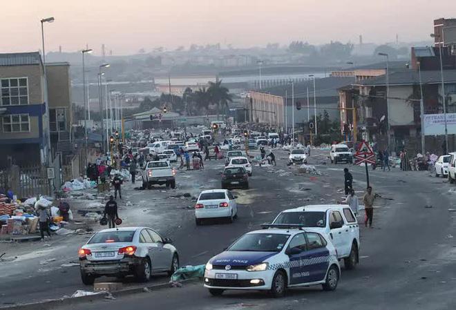 Cựu Tổng thống nộp mình cho cảnh sát, Nam Phi chìm trong bạo loạn lớn nhất hậu Apartheid  - Ảnh 4.