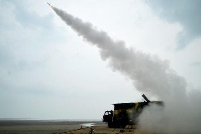 Ấn Độ khoe tên lửa đất-đối-không và tên lửa chống tăng nội địa mới - Ảnh 1.