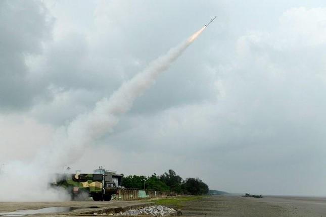Ấn Độ khoe tên lửa đất-đối-không và tên lửa chống tăng nội địa mới - Ảnh 2.