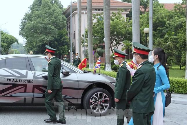 Chiếc xe điện đặc biệt đưa Bộ trưởng Quốc phòng Anh tới gặp Đại tướng Phan Văn Giang - Ảnh 2.