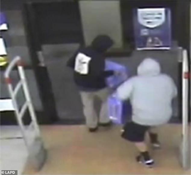 2 kẻ cắp ngang nhiên ôm 1 đống đồ ra khỏi cửa hàng mà không bị ai giữ lại, hé lộ thực trạng đáng sợ tại Mỹ - Ảnh 7.