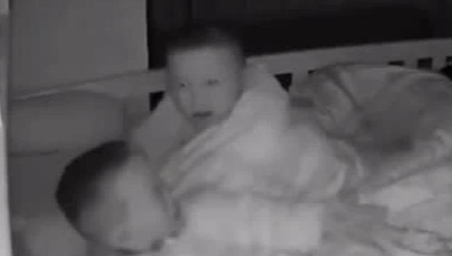 Em trai khóc nấc lúc nửa đêm, cậu anh 4 tuổi có hành động khiến người mẹ đỏ hoe cả hai mắt - Ảnh 2.