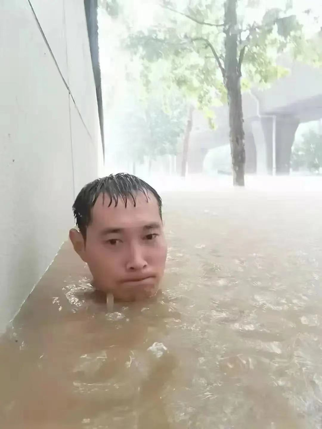 Giữa mưa lũ, đăng 1 bức ảnh kèm dòng trạng thái gây xôn xao, chàng trai Trung Quốc bất ngờ nổi tiếng rần rần - Ảnh 2.