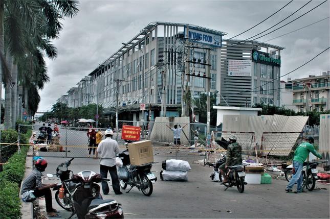 Cận cảnh chợ đầu mối lớn nhất Việt Nam trong những ngày phong tỏa chống COVID-19 - Ảnh 3.