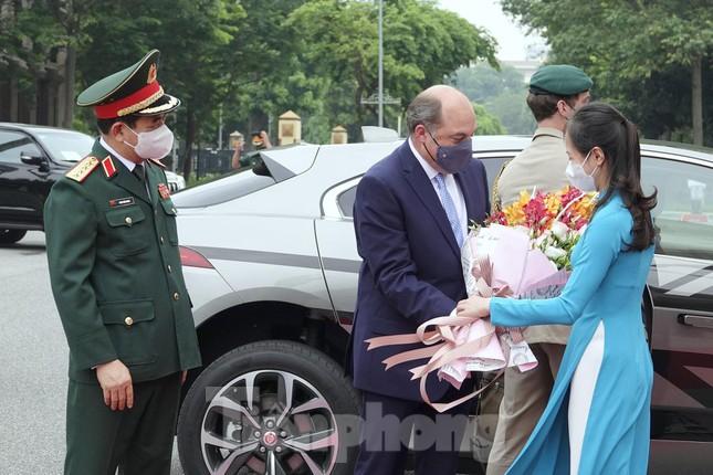 Chiếc xe điện đặc biệt đưa Bộ trưởng Quốc phòng Anh tới gặp Đại tướng Phan Văn Giang - Ảnh 4.