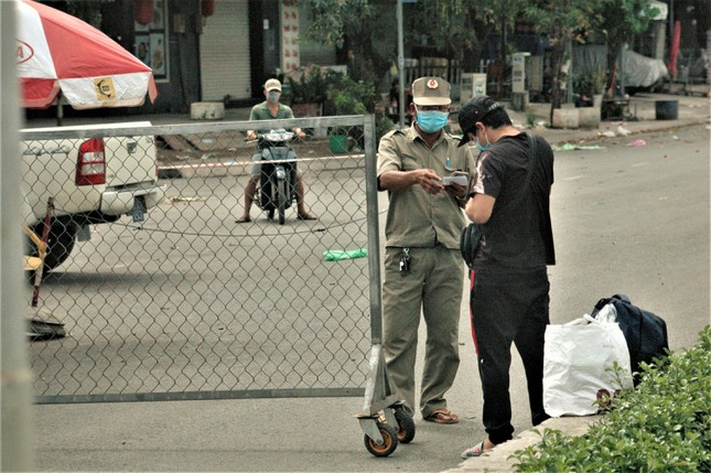 Cận cảnh chợ đầu mối lớn nhất Việt Nam trong những ngày phong tỏa chống COVID-19 - Ảnh 6.
