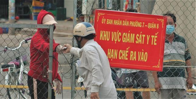 Cận cảnh chợ đầu mối lớn nhất Việt Nam trong những ngày phong tỏa chống COVID-19 - Ảnh 9.