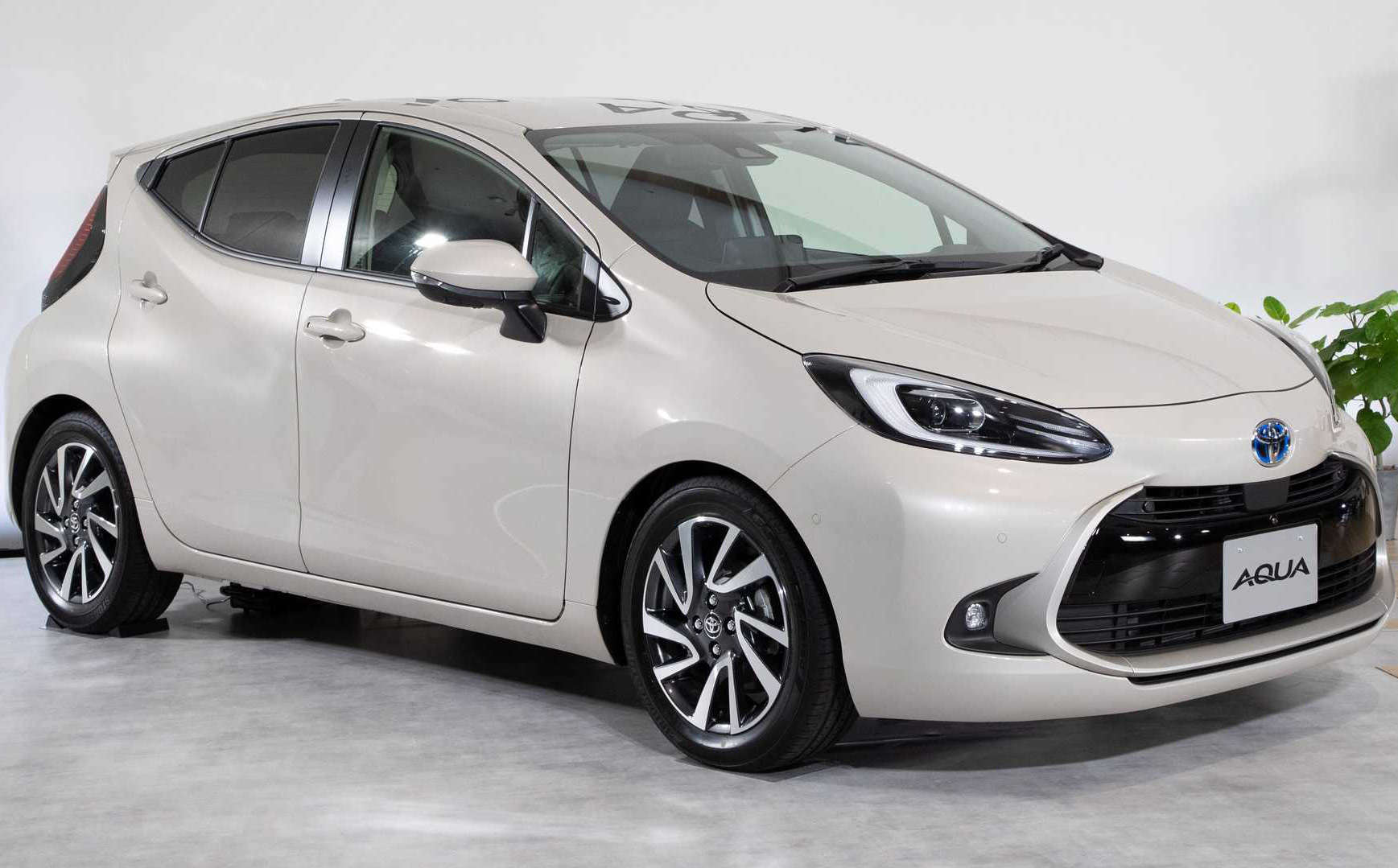 """Toyota trang bị gì cho mẫu xe 400 triệu, """"uống"""" ít xăng đáng kinh ngạc 2,79 lít/100 km?"""