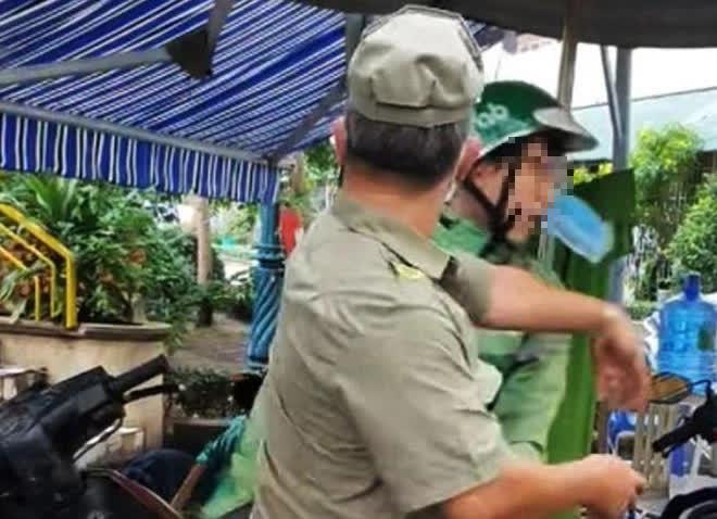 Vụ 2 bảo vệ dân phố tát tài xế xe ôm công nghệ: Phường tìm người quay clip - Ảnh 1.