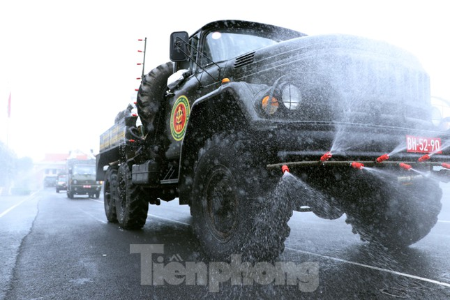 Cận cảnh Quân đội phun khử khuẩn toàn TPHCM sáng nay - Ảnh 1.