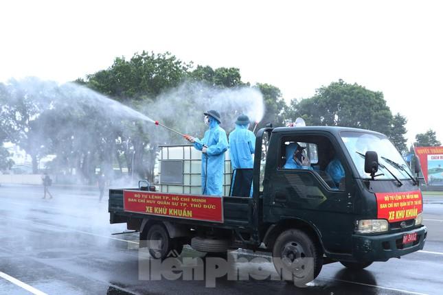 Cận cảnh Quân đội phun khử khuẩn toàn TPHCM sáng nay - Ảnh 2.