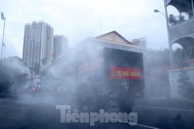 1 hộ dân cho 20 người Trung Quốc nhập cảnh chui lưu trú tại nhà; Cận cảnh Quân đội phun khử khuẩn toàn TP.HCM sáng nay - Ảnh 5.