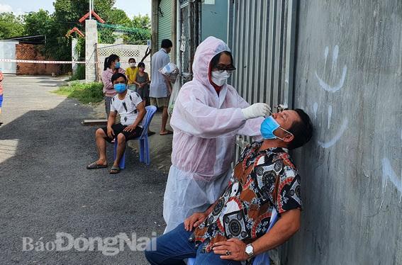 1 hộ dân cho 20 người Trung Quốc nhập cảnh chui lưu trú tại nhà; Cận cảnh Quân đội phun khử khuẩn toàn TP.HCM sáng nay - Ảnh 1.