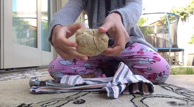 Trượt tay đánh rơi viên đá nhặt từ bờ biển, cô bé ngỡ ngàng chứng kiến điều kỳ diệu! - Ảnh 1.