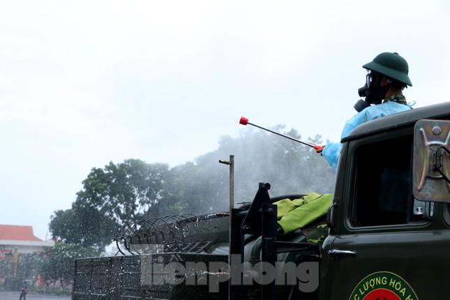 Cận cảnh Quân đội phun khử khuẩn toàn TPHCM sáng nay - Ảnh 11.