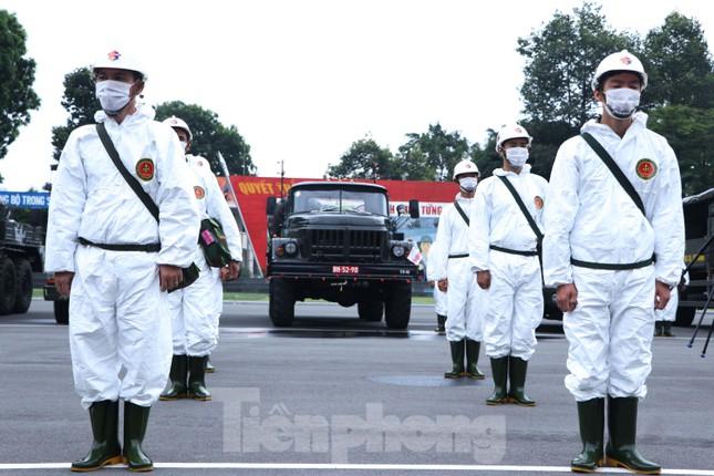 Cận cảnh Quân đội phun khử khuẩn toàn TPHCM sáng nay - Ảnh 12.