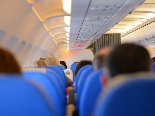 Nhiễm Covid-19, người đàn ông đóng giả vợ lên máy bay trót lọt song giữa chuyến bay thì gặp chuyện - Ảnh 3.