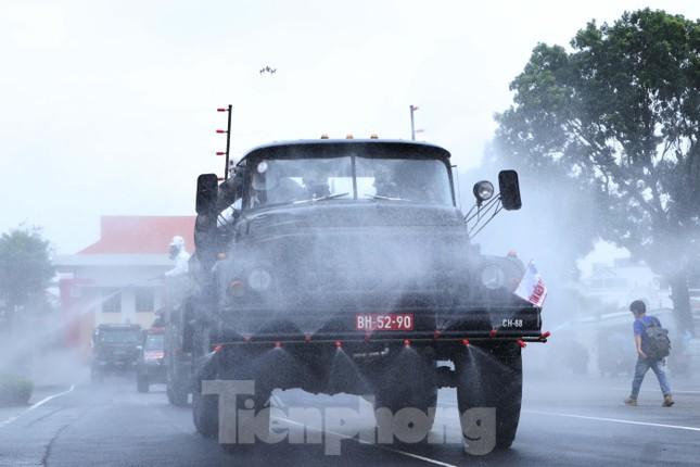 Cận cảnh Quân đội phun khử khuẩn toàn TPHCM sáng nay - Ảnh 4.