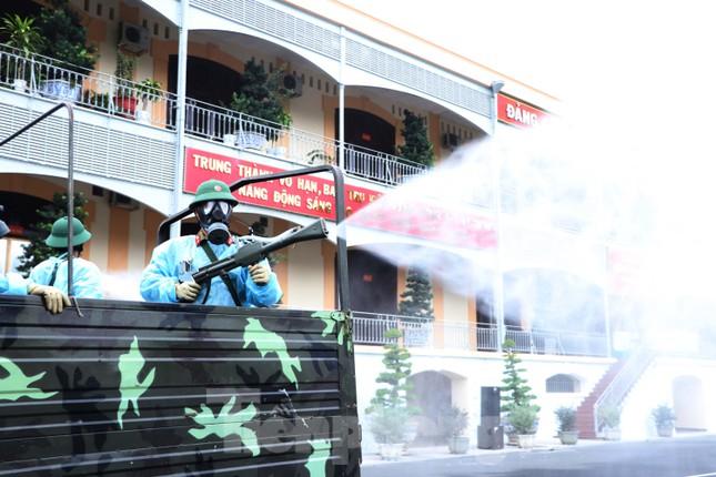 Cận cảnh Quân đội phun khử khuẩn toàn TPHCM sáng nay - Ảnh 6.
