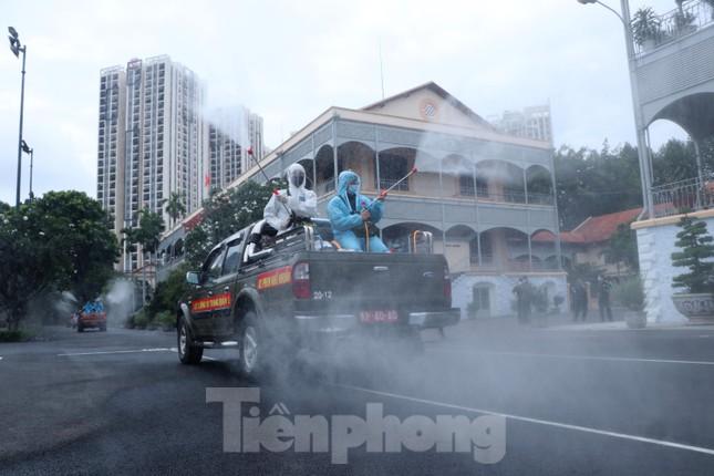 Cận cảnh Quân đội phun khử khuẩn toàn TPHCM sáng nay - Ảnh 9.