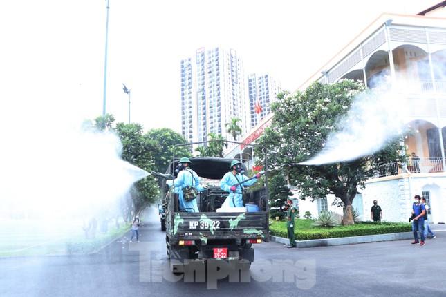 Cận cảnh Quân đội phun khử khuẩn toàn TPHCM sáng nay - Ảnh 10.