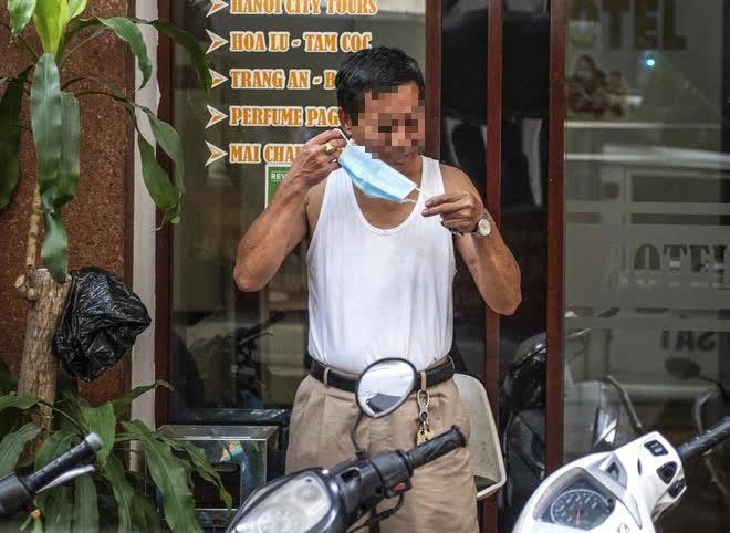 Theo chân CA xử phạt người dân ra đường vi phạm Chỉ thị 16 ngày Hà Nội giãn cách xã hội - Ảnh 2.
