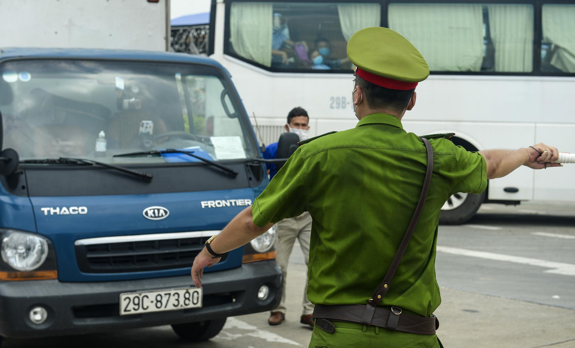 Hà Nội giãn cách xã hội, cao tốc Pháp Vân - Cầu Giẽ 80% xe phải quay đầu, nhiều tài xế bất ngờ, to tiếng với CSGT - Ảnh 6.