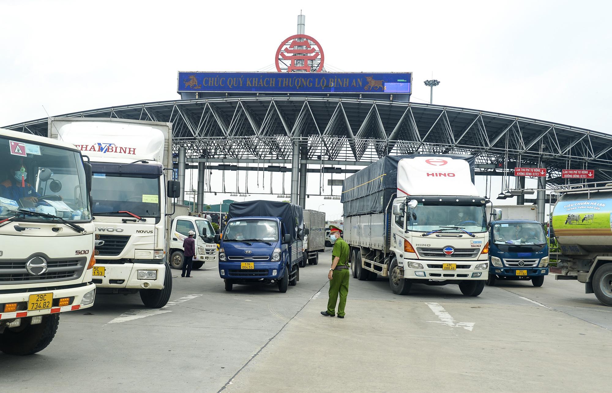 Hà Nội giãn cách xã hội, cao tốc Pháp Vân - Cầu Giẽ 80% xe phải quay đầu, nhiều tài xế bất ngờ, to tiếng với CSGT - Ảnh 1.