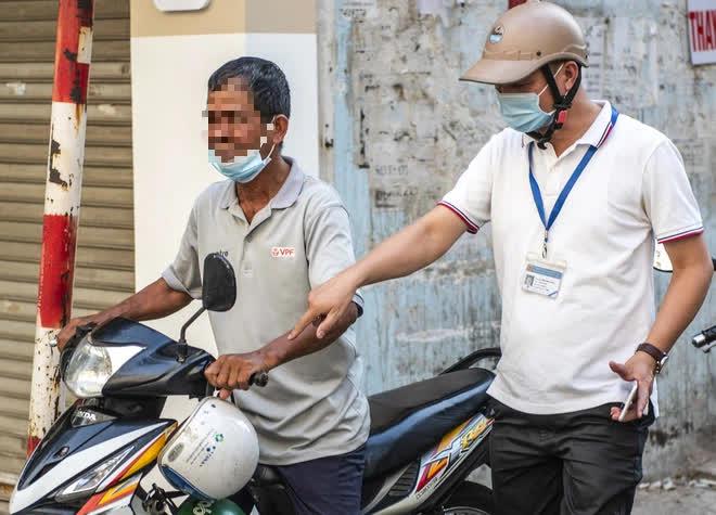 Theo chân CA xử phạt người dân ra đường vi phạm Chỉ thị 16 ngày Hà Nội giãn cách xã hội - Ảnh 7.